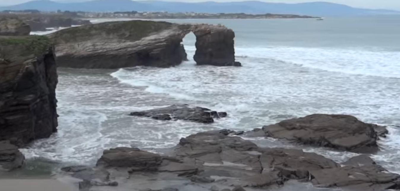 Galicia es sinónimo de mar, de olas moldeando la costa y creando playas salvajes con arenales dignos de ser recorridos mientras dejas que la brisa te dé en la cara y que la arena húmeda moje tus pies.